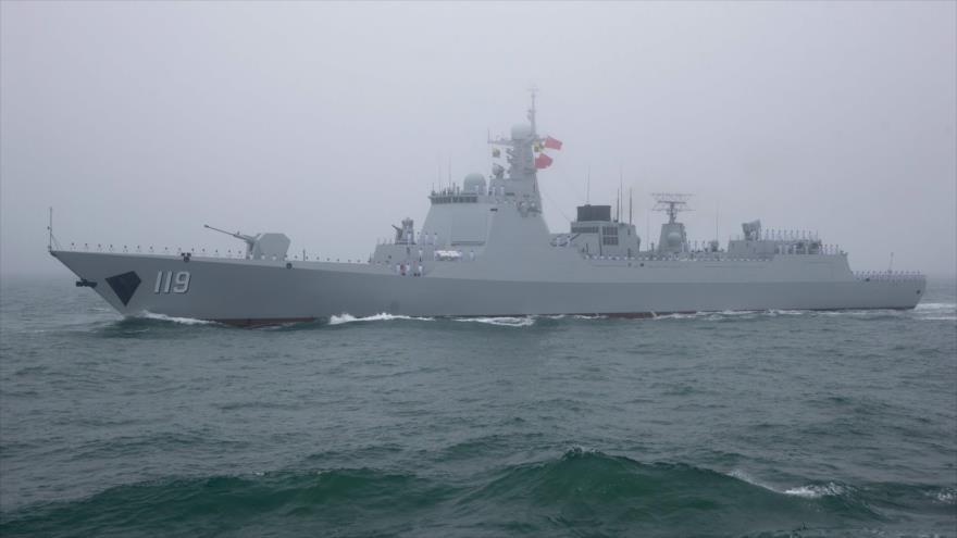 El destructor de misiles guiado 052D chino, en una misión naval en el mar de la China Meridional, 23 de abril de 2019. (Foto: AFP)