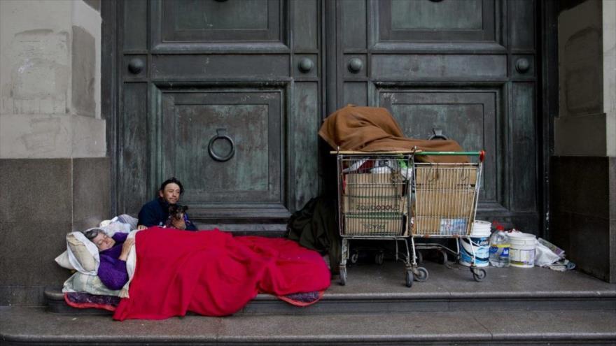 Una familia sin techo en una calle de Buenos Aires, capital argentina.
