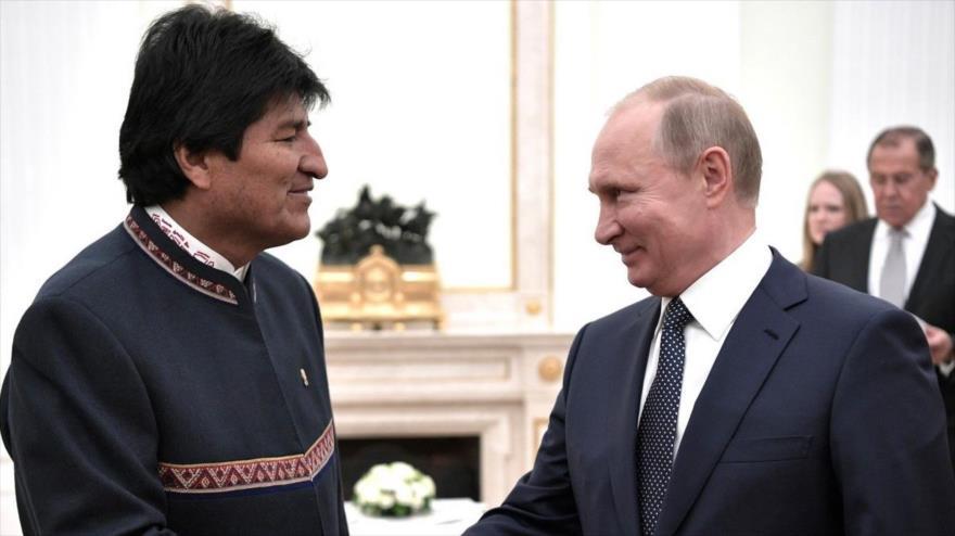 El presidente boliviano, Evo Morales (izq.), junto a su par ruso, Vladimir Putin, en una reunión celebrada en Moscú (capital rusa), 13 de junio de 2018. (Foto: AFP)