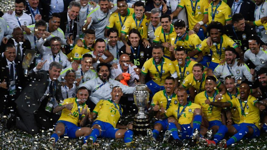 Miembros de la selección de Brasil celebran tras derrotar a Perú en la Copa América, 7 de julio de 2019. (Foto: AFP)