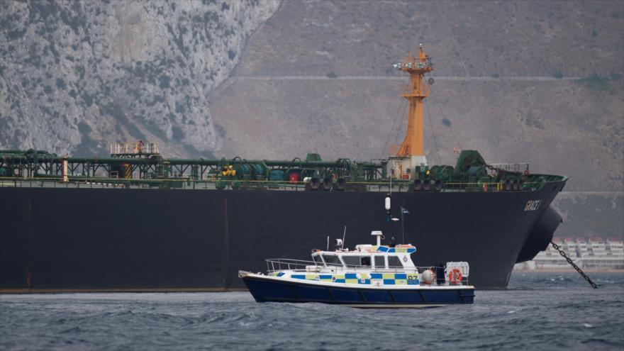 Un barco británico patrulla cerca de un buque-tanque Grace en el estrecho de Gibraltar, 6 de Julio de 2019. (Foto: AFP)