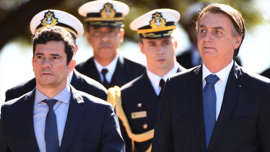 El ministro de Justicia de Brasil, Sergio Moro (izq.), al lado del presidente Jair Bolsonaro, Brasilia, 11 de junio de 2019. (Foto: AFP)