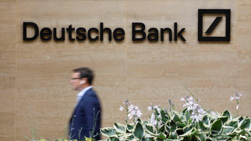 Un peatón pasa junto a una de las oficinas del banco alemán Deutsche Bank en el centro de Londres, 8 de julio de 2019. (Foto: AFP)