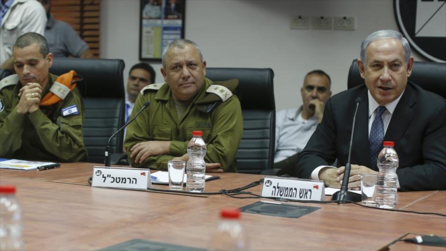 El primer ministro israelí, Benjamín Netanyahu (dcha.), y el exjefe del estado mayor de Israel, Gadi Eizenkot (C), en una reunión en Tel Aviv.