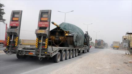 Turquía envía un gran convoy militar a la frontera con Siria