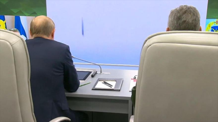 El presidente de Rusia, Vladímir Putin (izda.), observa el lanzamiento del misil hipersónico Avangar, 26 de diciembre de 2018.