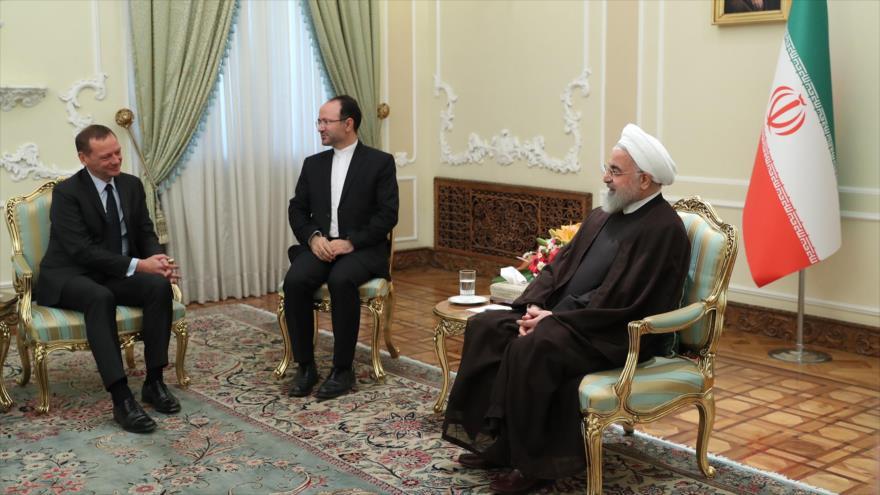 El presidente iraní, Hasan Rohani (dcha.), y Emmanuel Bonne, asesor del presidente francés, en Teherán, 10 de julio de 2019. (Foto: President.ir)