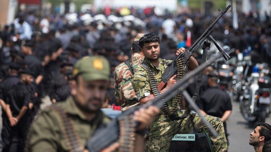 Fuerzas palestinas leales al Movimiento de Resistencia Islámica de Palestina (HAMAS) en una marcha en la Franja de Gaza, 26 de julio de 2017. (Foto: AFP)