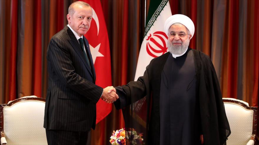 El presidente turco, Recep Tayyip Erdogan (izq.), se reúne con su homólogo iraní, Hasan Rohani, en Nueva York, 24 de septiembre de 2018. (Foto: AFP)