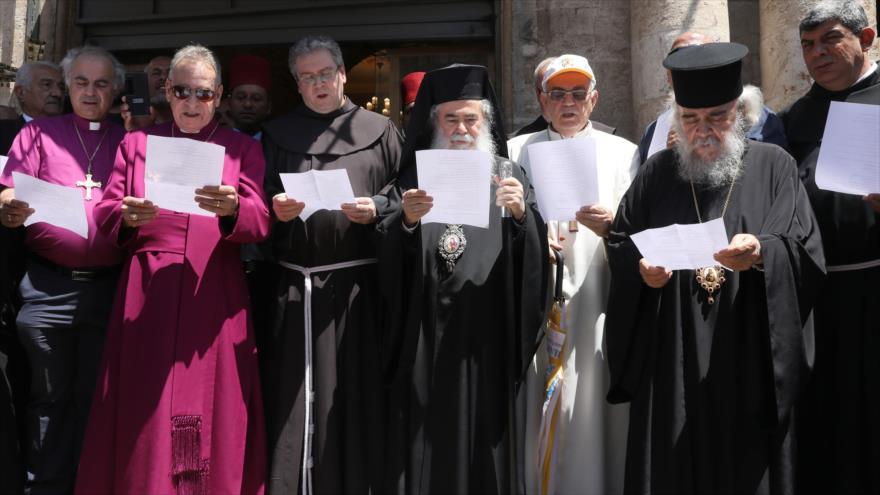 Patriarca ortodoxo griego de Al-Quds, Theophilos III (c), junto a otros líderes cristianos, Al-Quds, 11 de julio de 2019. (Foto: AFP)
