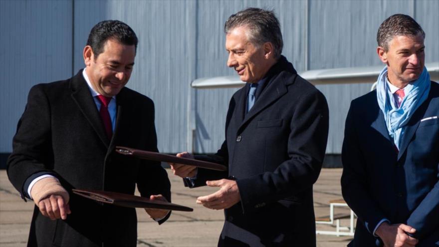 El presidente de Guatemala, Jimmy Morales (izda.) con su par argentino, Mauricio Macri, en el aeropuerto de El Palomar, Argentina, 3 de julio de 2019. (Foto: AFP)