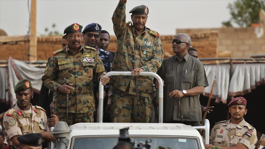 El general Abdel-Fattah Burhan, jefe de la junta militar sudanesa saluda a sus partidarios, 29 de junio de 2019.