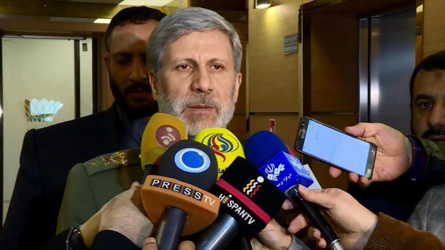 El ministro de Defensa de Irán, el general de brigada Amir Hatami, habla con los periodistas.