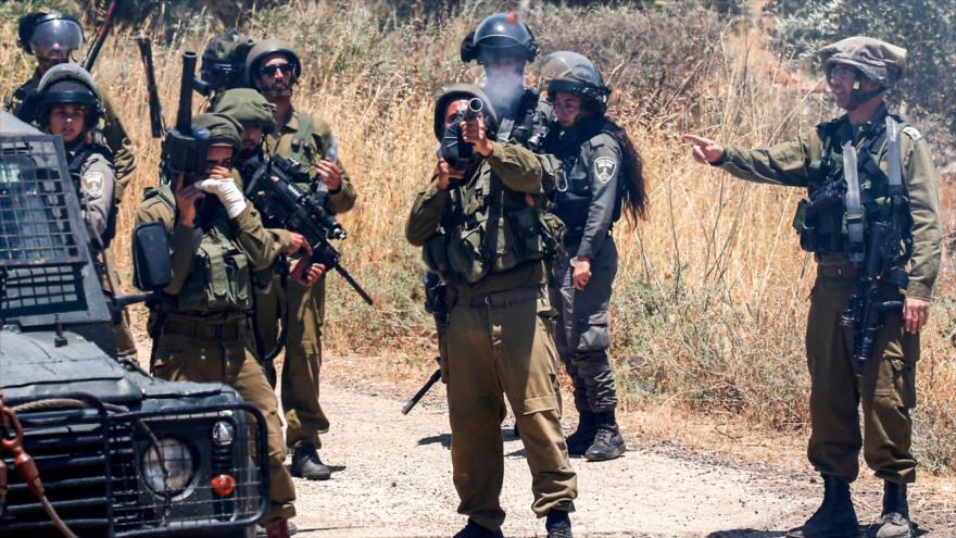 Fuerzas israelíes disparan gases lacrimógenos contra manifestantes palestinos en una aldea cisjordana, 28 de junio de 2019. (Foto: AFP)