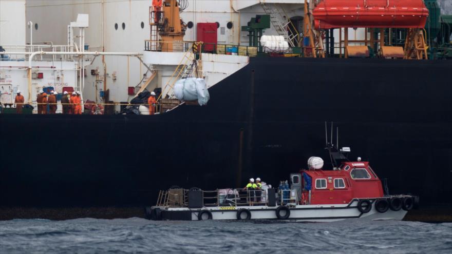 Una nave se acerca al superpetrolero Grace 1, retenido por el Reino Unido, frente a las costas de Gibraltar, 6 de julio de 2019. (Foto: AFP)