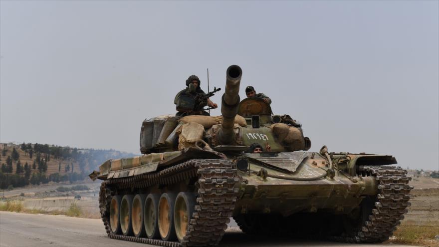 Un tanque del Ejército sirio desplegado en una zona en Hama durante los enfrentamientos con los terroristas, 8 de junio de 2019. (Foto: AFP)