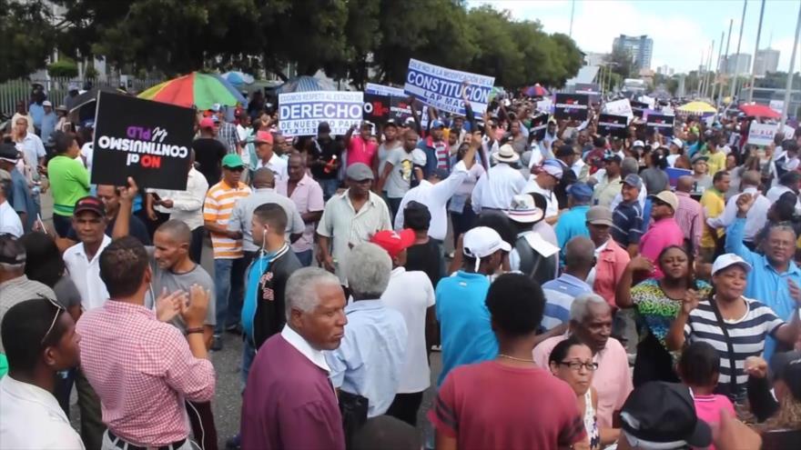 Miles de dominicanos rechazan reelección del presidente Medina