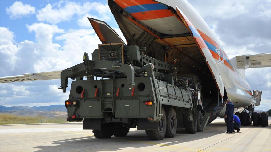 Partes de un sistema antimisiles S-400 son descargadas de un avión ruso en la base de Murted, cerca de Ankara (capital turca), 12 de julio de 2019. (Foto: AFP)