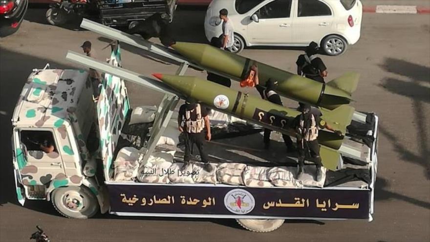 Combatientes del Movimiento de la Yihad Islámica Palestina exhiben sus misiles durante un desfile militar en la Franja de Gaza.