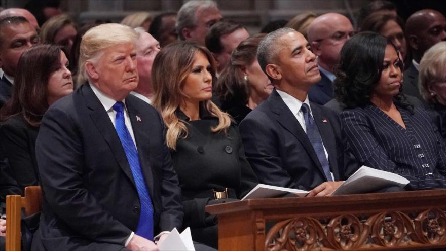 El presidente de EE.UU., Donald Trump (izda.) y su predecesor Barack Obama (centro) en un funeral en Washington, 5 de diciembre de 2018. (Foto: AFP)