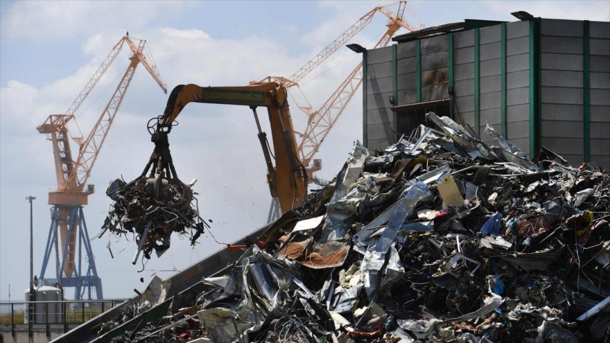 Una grúa de la compaña medioambiental Hirumet mantiene las basuras, 2 de julio de 2019. (Foto: AFP)