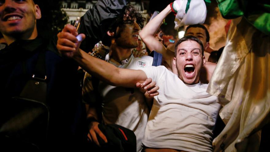 Los argelinos celebran la victoria de su equipo ante Nigeria, 14 de julio de 2019. (Foto: AFP)