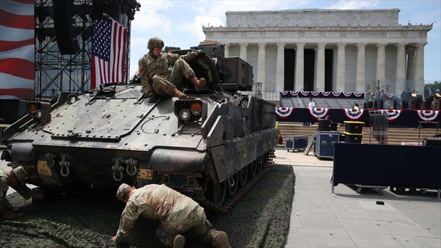 Los miembros del Ejército de EE.UU. estacionan un tanque M1 Abrams antes de un evento en Washington, 3 de julio de 2019. (Foto: AFP)