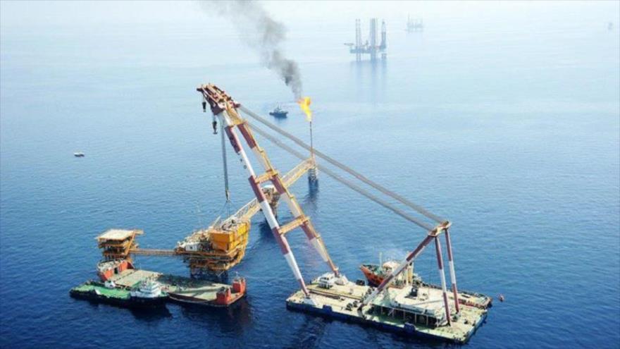 El buque grúa iraní Arvand Tide 1000 en las aguas del Golfo Pérsico.