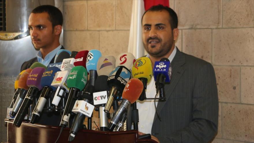 El portavoz del movimiento popular yemení Ansarolá, Muhamad Abdelsalam (dcha.), habla con la prensa.