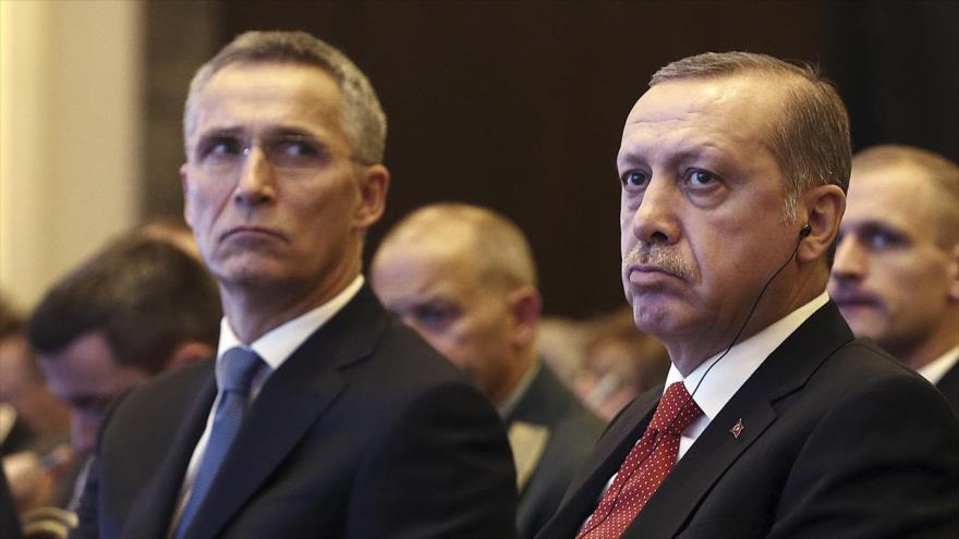 El presidente turco, Recep Tayyip Erdogan (dcha.), y el secretario general de la OTAN, Jens Stoltenberg, en Estambul, 21 de noviembre de 2016.