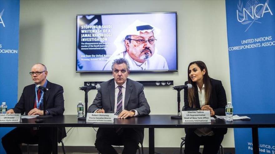 Director ejecutivo adjunto del Comité para la Protección de los Periodistas Robert Mahoney (C.) habla sobre el asesinato de Jamal Khashoggi.