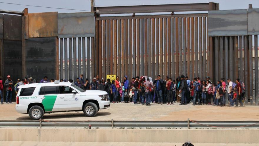 Migrantes detenidos por agentes de la Patrulla Fronteriza de EE.UU. cerca del muro fronterizo en la ciudad mexicana de Juárez, 7 de mayo de 2019. (Foto: AFP)