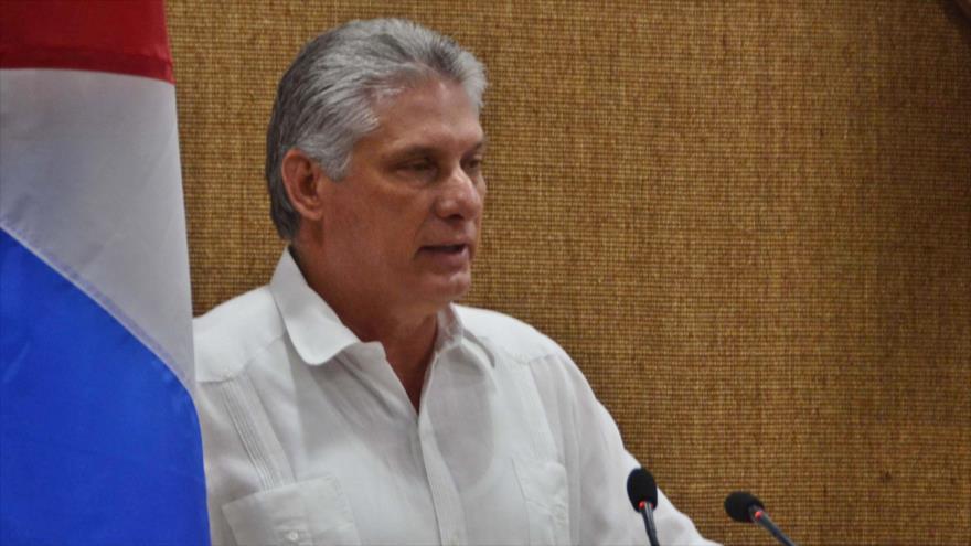 El presidente cubano, Miguel Díaz-Canel, habla ante la prensa.