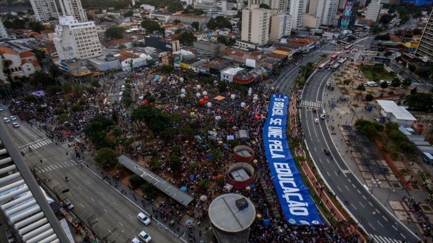 Los estudiantes se manifiestan contra las políticas educativas del presidente Jair Bolsonaro en la ciudad de Sao Paulo, 30 de mayo de 2019. (Foto: AFP)