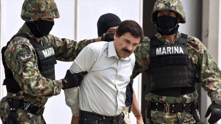 """El capo narco mexicano Joaquín """"El Chapo"""" Guzmán Loera es escoltado por los marines cuando se presentó a la prensa el 22 de febrero de 2014. (Foto: AFP)"""