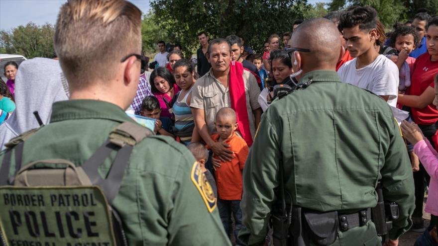 Agentes de la Patrulla Fronteriza de EE.UU. vigilan a un grupo de migrantes en Texas, 2 de julio de 2019. (Foto: AFP)