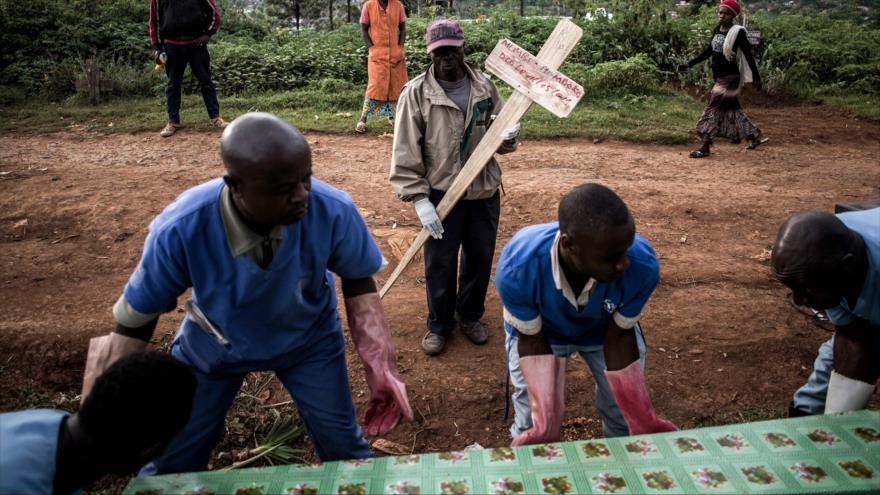 Paramédicos llevan un ataúd que contiene una víctima del virus del Ébola, República Democrática del Congo, 16 de mayo de 2019. (Foto: AFP)