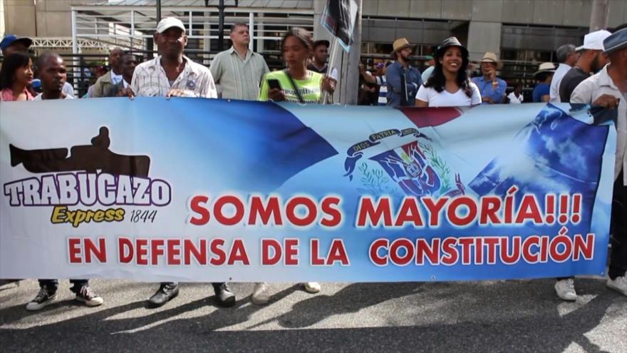 Miles de dominicanos protestan contra reforma a la Constitución