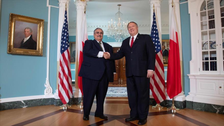 El secretario de Estado de EE.UU., Mike Pompeo (dcha.), recibe a su par bareiní, el sheij Jalid bin Ahmed Al Jalifa, 17 de julio de 2019. (Foto: AFP)