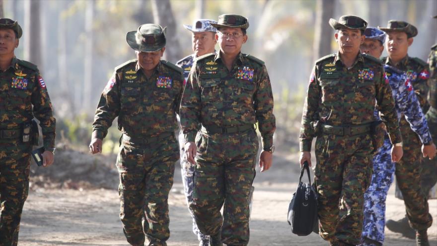 Comandante en jefe de las Fuerzas Armadas de Myanmar, Min Aung Hlaing, (C) y un grupo de militares, 3 de febrero de 2018. (Foto: AFP)