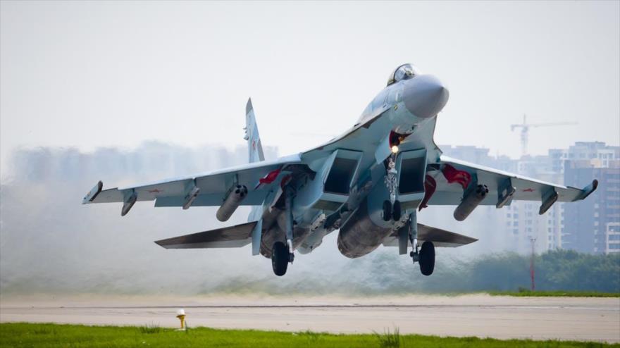 Un avanzado caza Sujoi Su-35, de fabricación rusa, en pleno vuelo.