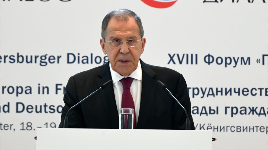 El canciller ruso, Serguéi Lavorv, pronuncia un discruso en la reunión de diálogo de Petersburgo, 18 de julio de 2019. (Foto: AFP)