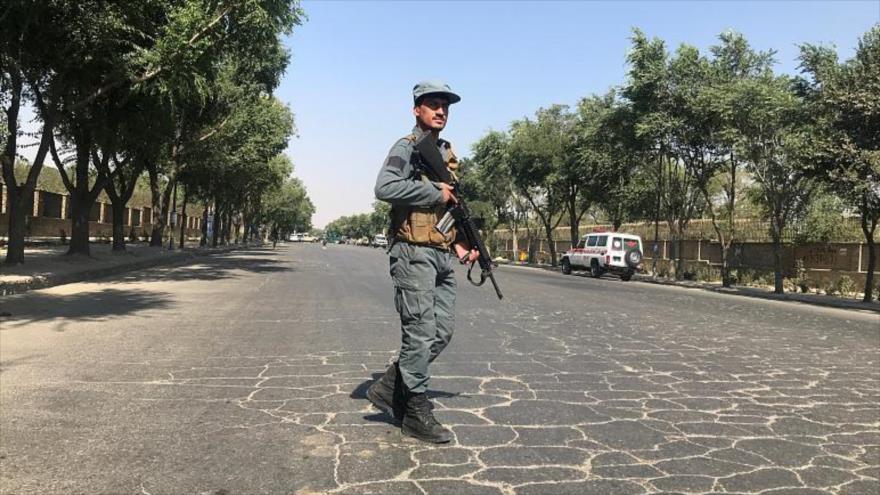 Un policía afgano pasea por una de las calles de Kabul, la capital de Afganistán.