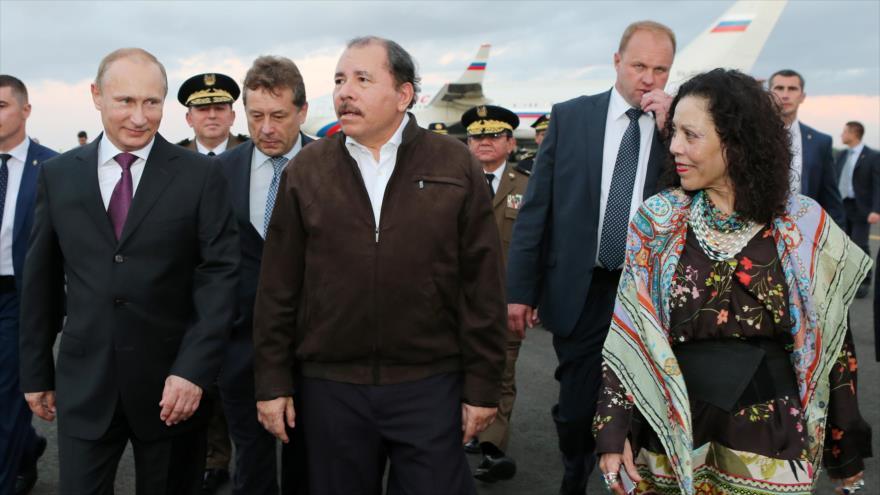 El presidente de Rusia, Vladímir Putin (izda.), y su para de Nicaragua, Daniel Ortega, en el aeropuerto de Managua, 11 de julio de 2014.