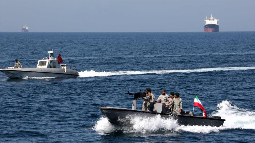 Lanchas rápidas de la Armada iraní patrullan las aguas del Golfo Pérsico, 30 de abril de 2019. (Foto: AFP)