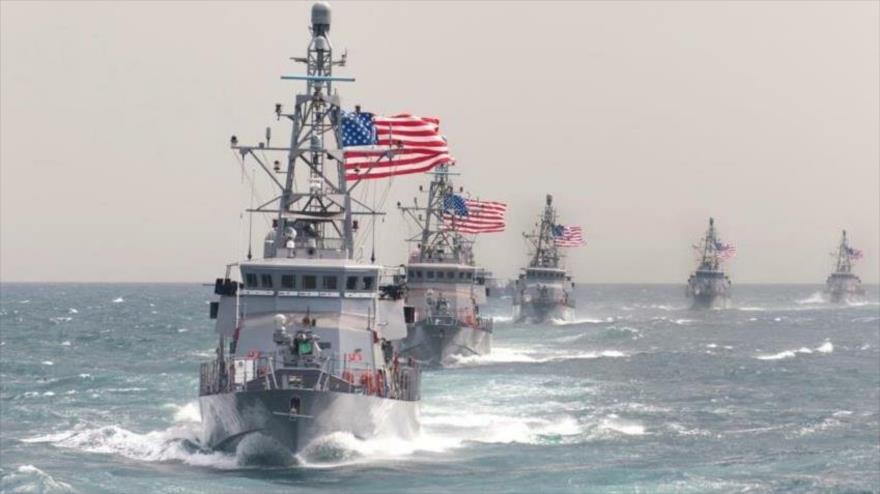 Cinco buques de guerra de la Armada de EE.UU. en una maniobra militar.