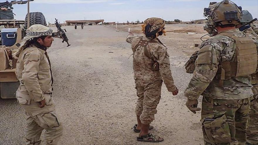 Combatientes del grupo armado sirio Yaish Maqawir al-Thawra junto a un militar estadounidense en la base de Al-Tanf de EE.UU.