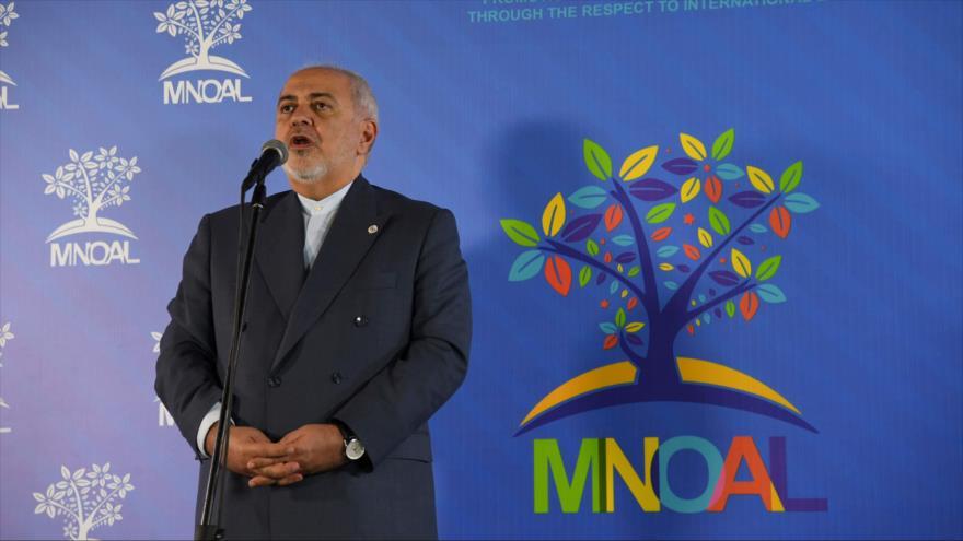 El canciller iraní, Mohamad Yavad Zarif, habla con la prensa al margen de la cumbre del Movimiento de Países No Alineados en Caracas, 20 de julio de 2019. (Foto: AFP)