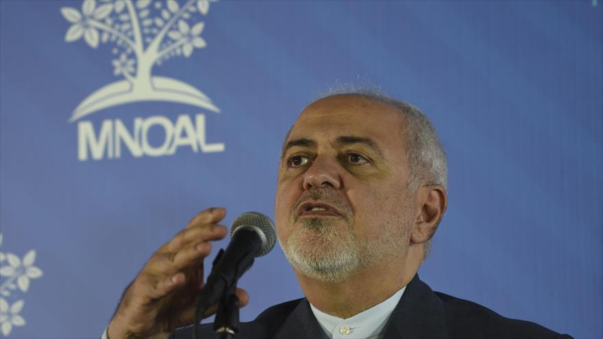 El canciller iraní, Mohamad Yavad Zarif, habla con la prensa al margen de la cumbre del MNOAL en Caracas, 20 de julio de 2019. (Foto: AFP)