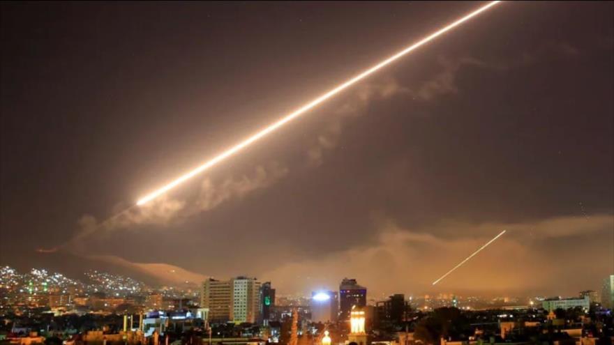 Misiles tierra-aire disparados por la defensa antiaéra siria para repeler un ataque de EE.UU., abril de 2018.